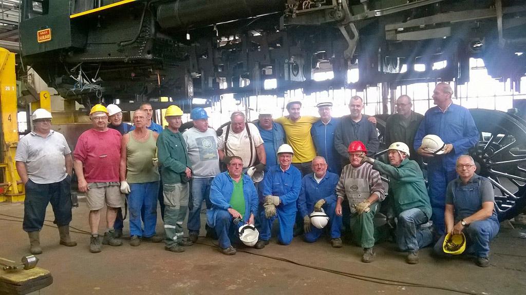 L'équipe de l'atelier avant repose de la 141R840 sur son train de roues